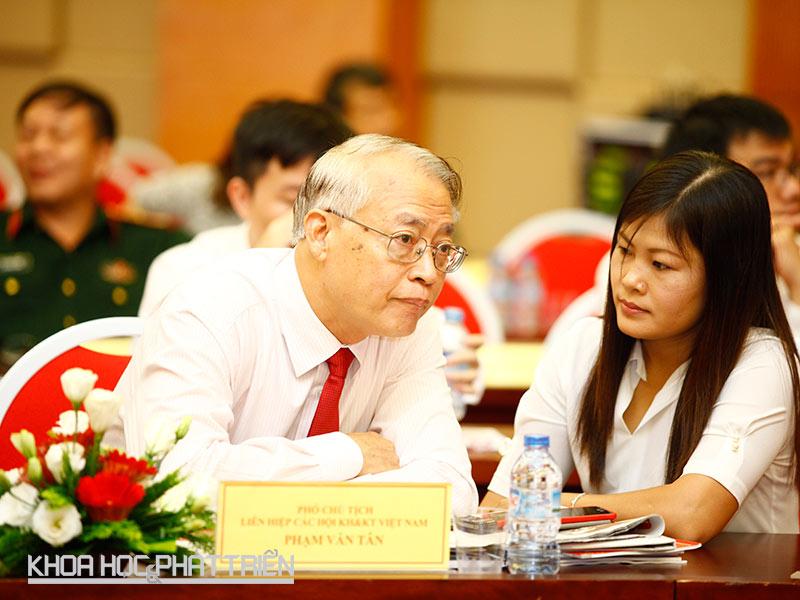 Tiến sĩ Phạm Văn Tân trò chuyện với phóng viên báo Khoa học và Phát triển bên lề sự kiện Thủ tướng gặp gỡ các nhà Khoa học trẻ