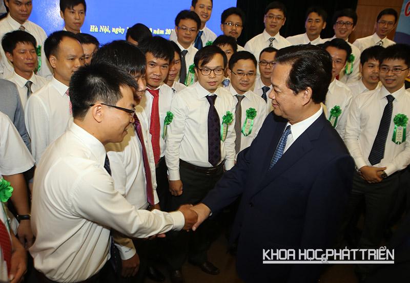 Thủ tướng Nguyễn Tấn Dũng bắt tay các nhà khoa học trẻ