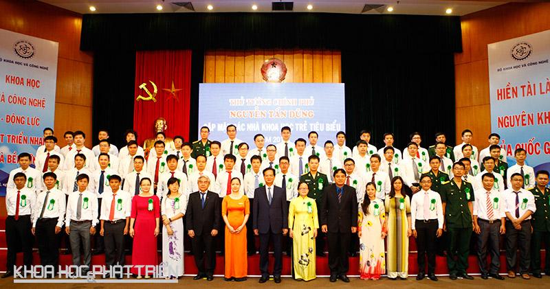 Các nhà khoa học trẻ được vinh dự chụp ảnh lưu niệm cùng Thủ tướng.