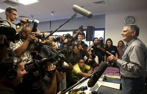 Những nhà khoa học có kỹ năng truyền thông tốt như ông Daniel Shechtman (phải) luôn là tâm điểm của báo giới.