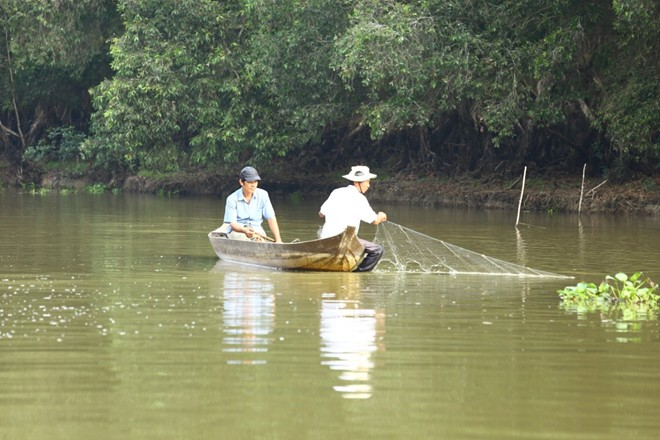 Hơn 200 hộ dân sống quanh vườn quốc gia Tràm Chim được khai thác và sử dụng tài nguyên hợp lý khi mùa nước nổi về.