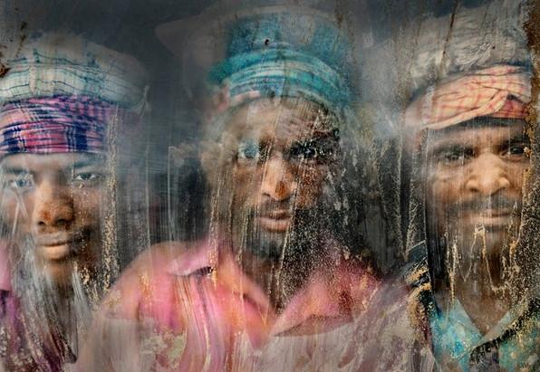 Bức ảnh thuộc hạng mục chân dung ghi lại khuôn mặt của các công nhân đãi vàng đang nhìn qua cửa sổ được làm bằng kính thủy tinh với đầy bụi và cát tại nơi làm việc ở Chittagong-Bangladesh được thực hiện bởi tác giả Faisal Azim đã giành được giải nhì trong cuộc thi năm nay.
