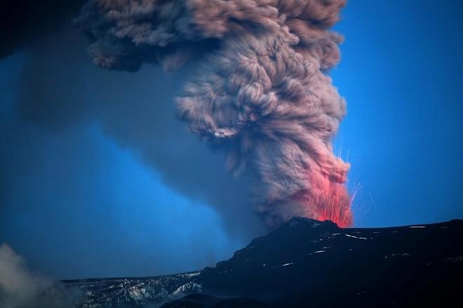 Cột khói bụi cuồn cuộn cùng những tia nham thạch màu cam bắn tung lên khi núi lửa Eyjafjallajökull phun trào.