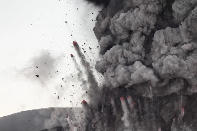 Đám tro bụi dày đặc bắn tung trên miệng núi lửa Eyjafjallajökull lọt vào ống kính của Holm khi anh một mình lái xe Jeep tiến sâu vào khu vực hạn chế.