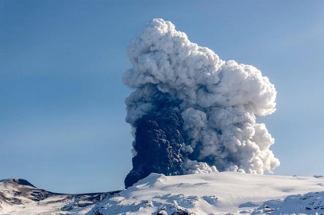 Cột khói khổng lồ trên miệng núi lửa Eyjafjallajökull, nổi bật giữa nền tuyết trắng và bầu trời xanh. Đây là một trong số những hình ảnh ấn tượng Holm ghi lại được khi mạo hiểm tiếp cận khu vực núi lửa đang hoạt động. Đổi lại, Holm nắm bắt trọn vẹn đợt phun trào ở tất cả giai đoạn, từ khi những đám tro bụi đầu tiên bắn lên không trung, dòng nham thạch tuôn trào cho tới khoảng lặng đằng sau mỗi lần núi lửa thức giấc.