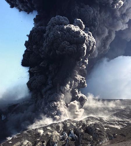 Cận cảnh tháp tro bụi ngùn ngụt được giải phóng trên miệng núi lửa Eyjafjallajökull. Frederik Holm chào đời tại Thụy Điển, hiện sinh sống tại Reykjavík, thủ đô Iceland. Anh là nhiếp ảnh gia, kiêm chuyên gia địa chất học ở Trung tâm nghiên cứu núi lửa Bắc Âu.