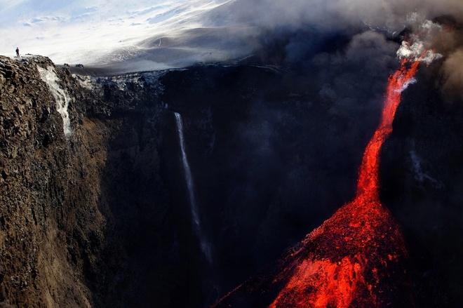 """Vẻ đẹp của """"thác nham thạch"""" trên miệng núi lửa Fimmvorduhals ở Iceland."""