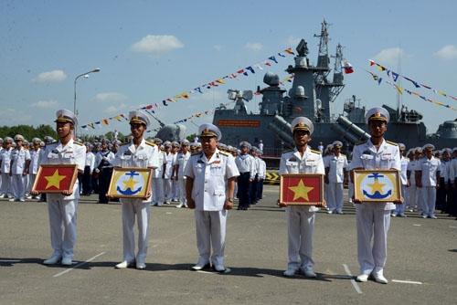 Chuẩn Đô đốc Mai Tiến Tuyên trao quốc kỳ và hải kỳ cho thuyền trưởng, chính trị viên hai tàu. Ảnh: QĐND