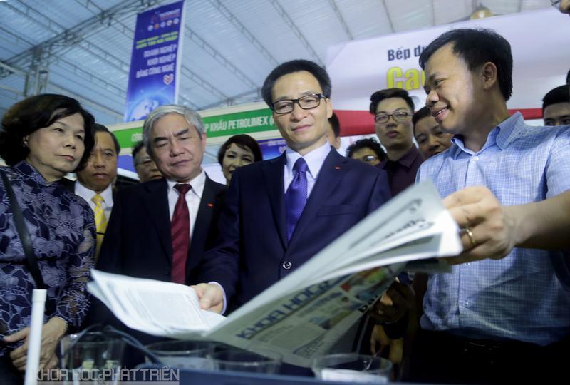 Nguyễn Thế Trung - Tổng giám đốc Công ty DTT, giới thiệu với Phó thủ tướng Vũ Đức Đam và Bộ trưởng Nguyễn Quân về bài viết này trên báo Khoa học và Phát triển.