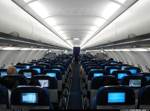 A321 có 182 ghế hành khách. So với A320, A321 có sự thay đổi lớn: thân máy bay được mở rộng phần trước và sau thêm 6,93 m. Bộ bánh hạ cánh được nâng cấp mạnh hơn và sử dụng các biến thể của động cơ đẩy CFM56 hoặc V2500. Ngoài ra, A321 có hệ thống nhiên liệu được đơn giản hóa và lốp lớn.Ảnh: Airliners.net