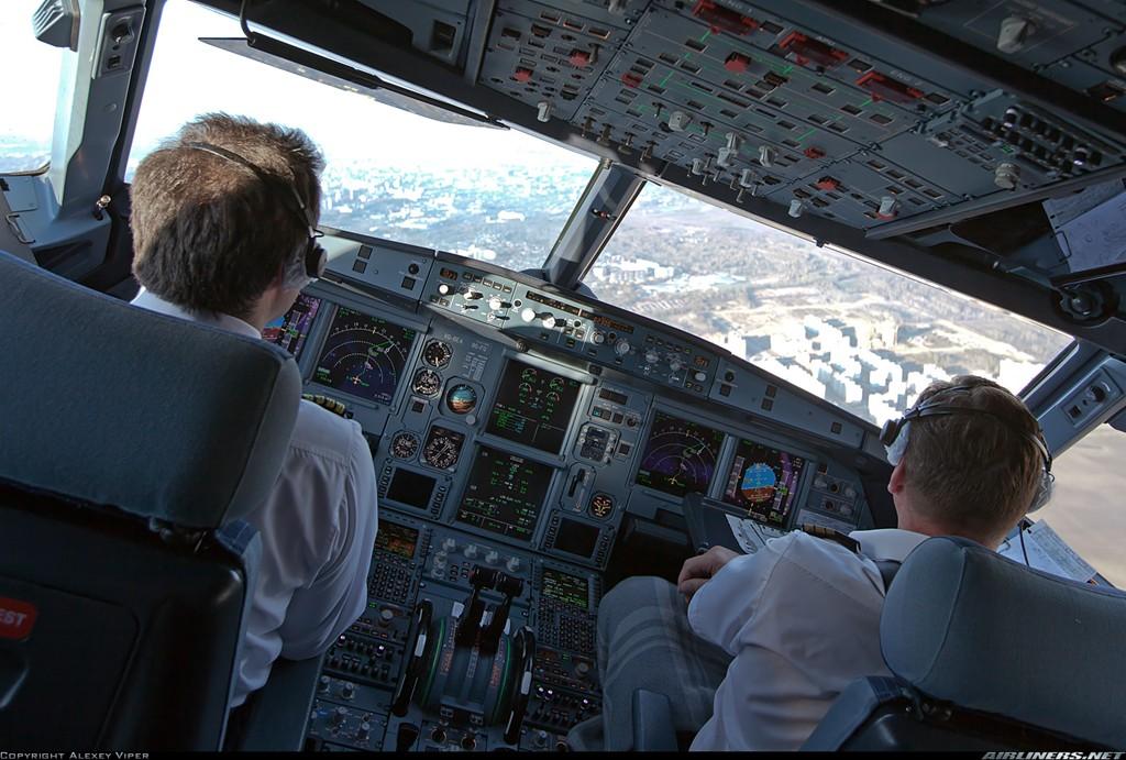 Airbus trang bị cho dòng A321 một hệ thống máy vi tính và các thiết bị liên lạc thế hệ mới. Hệ thống cho phép truyền tải tức thời các dữ liệu, cung cấp đầy đủ tình trạng tổng thể và từng bộ phận của phi cơ, góp ngăn chặn từ xa những sự cố có thể gây nguy hiểm. Ảnh: Airliners.net