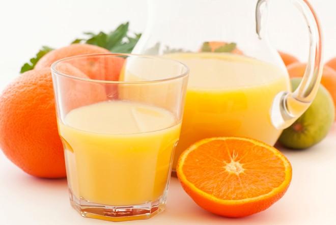Những loại nước ép nhiều axit citric như cam, dứa, chanh... khiến vi khuẩn sinh sôi, gây hôi miệng. Ảnh: Huffingtonpost.