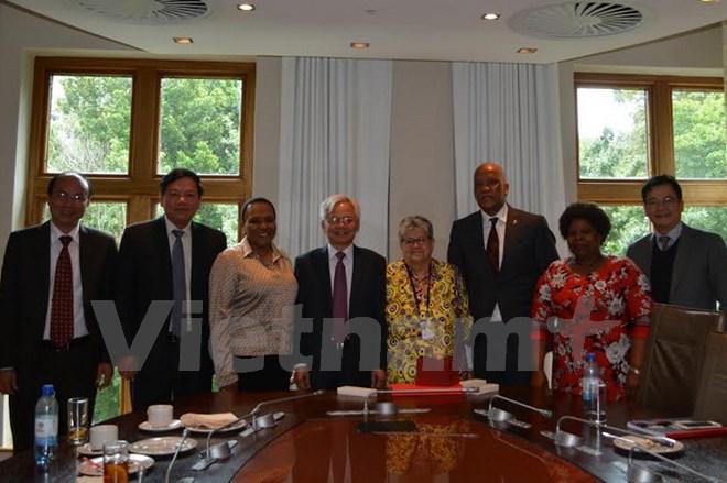 Đoàn gặp gỡ và trao đổi với các nghị sỹ quốc hội Nam Phi. (Ảnh: Mạnh Hùng-Dư Hưng/Vietnam+)