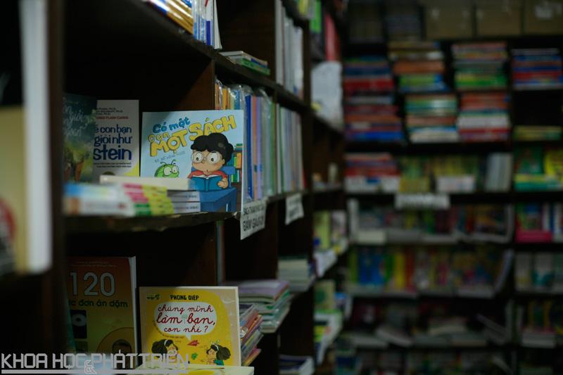 Tấm biển sách khoa học dường như  vắng bóng trên các kệ ở hiệu sách Việt Nam. Ảnh: LV
