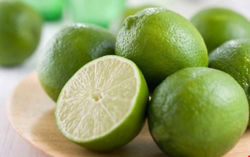 Trái cây họ cam chanh: loại trái cây này được cơ thể hấp thụ và tỏa ra mùi thơm trên da. Acid trong trái cây khiến nước tỏa ra toàn cơ thể giải phóng theo mùi thơm dễ chịu. Và trái cây cũng chứa chất xơ, chúng lưu chuyển chầm chậm trong cơ thể và cải thiện mùi hương.