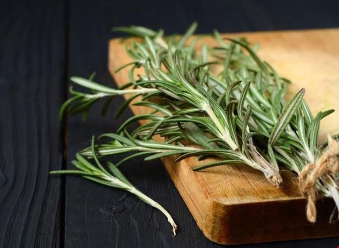 Hương thảo: Loại gia vị này có mùi hướng thơm và giúp cơ thể cũng có mùi hương tương tự. Các loài gây gia vị tương khác như mùi tây, húng quế, bạc hà cũng có khả năng át mùi hôi với lượng tinh dầu tự nhiên trong chúng.