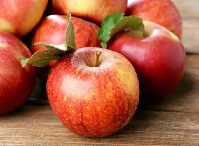 Táo: táo có khả năng chống mùi hơi thở hôi vì nó có tính chất tẩy rửa tự nhiên. Khi cắn táo, bạn tẩy mảng bám khỏi răng và ngăn chặn vi khuẩn sinh sôi trong miệng.