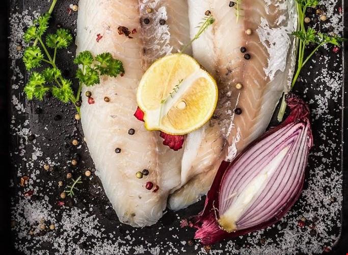 Cá thịt trắng: cá bơn, cá rô phi là một trong nhiều loại cá thịt trắng. Ăn loại cá này rất tốt để mùi cơ thể, thậm chí có thể làm mùi biến mất. Trong khi đó, thịt đỏ có thể khiến cơ thể có mùi.