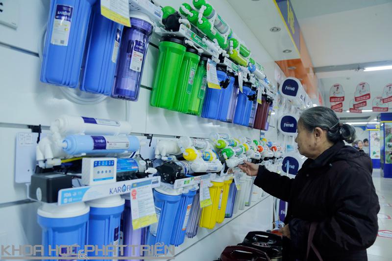 Các thiết bị có tác dụng loại bỏ chất độc luôn được người dân quan tâm. Ảnh: Hoa Lê