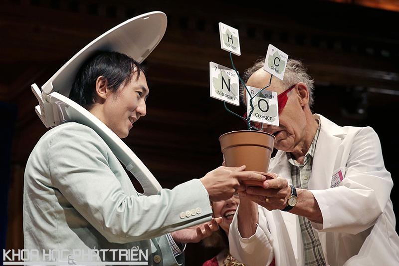 Nhà khoa học David Hu lên nhận giải IgNobel 2015. Ảnh: AP
