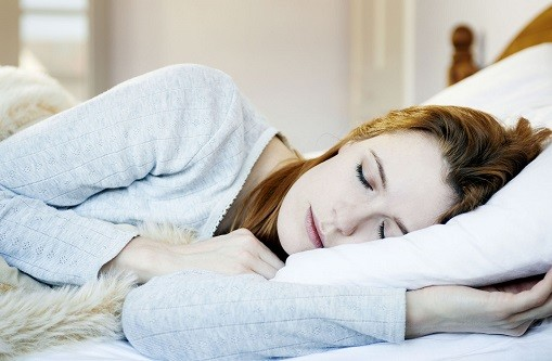 Nằm ngủ nghiêng về bên trái có nhiều lợi ích cho sức khỏe không phải ai cũng biết. Ảnh: Thesun.