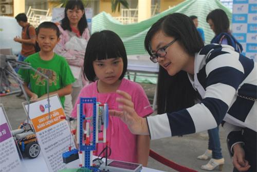 """Ngày hội STEM """"hút"""" các em nhỏ yêu thích khoa học - 4"""