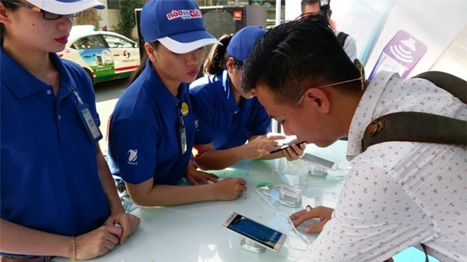 Khách hàng đến trải nghiệm 4G tại 80 Nguyễn Du, Quận 1, TP.HCM