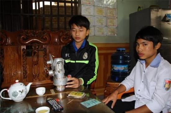Hai học sinh lớp 10 và máy phát điện bằng năng lượng mặt trời