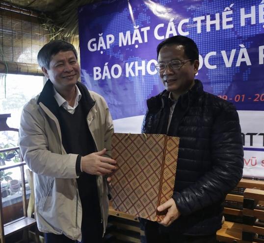 Tổng biên tập Phạm Công Tạc trao quà cho nguyên Tổng biên tập Lê Đình Tiến