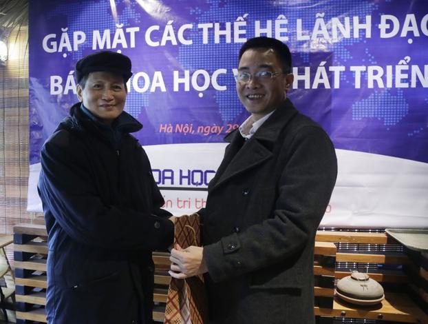 Phó tổng biên tập Đỗ Lê Thăng trao quà cho nguyên Phó tổng biên tập Nguyễn Chân Giác
