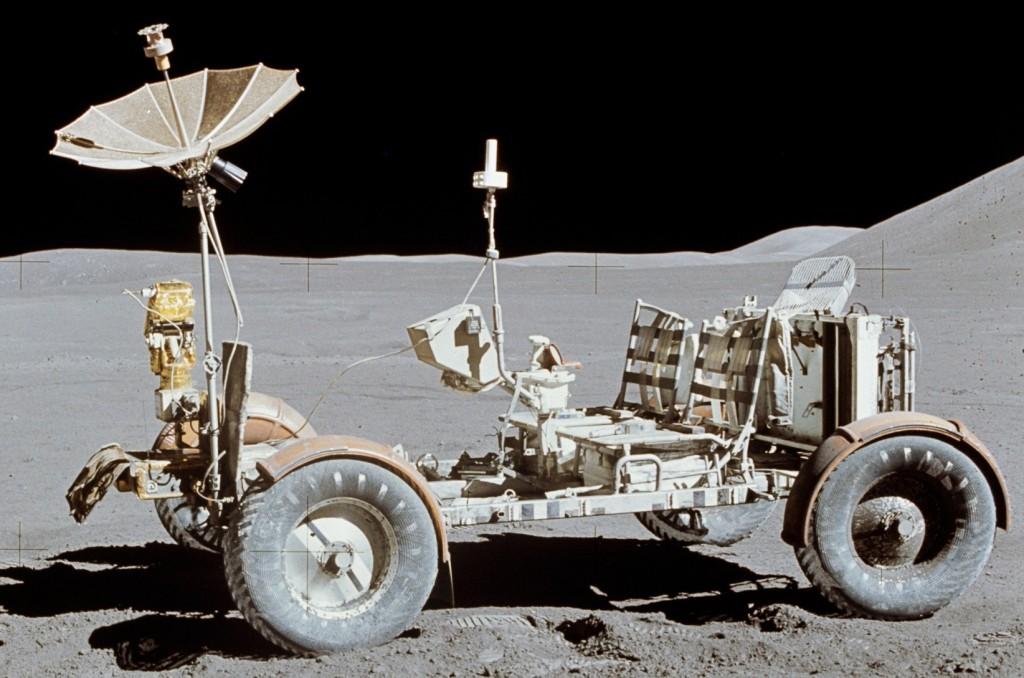 Chiếc Lunar Rover dùng để di chuyển trên mặt trăng trong nhiệm vụ Apollo 15 của NASA với các bánh xe được gắn động cơ điện