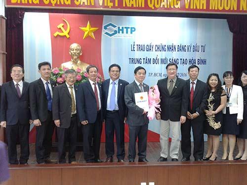 Ông Lê Hoài Quốc, Trưởng ban quản lý Khu Công nghệ cao TP.HCM trao giấy chứng nhận cho đại diệnCông ty Cổ phần Xây dựng và Kinh doanh địa ốc Hòa Bình