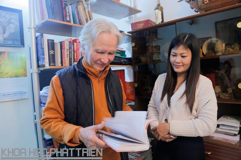 GS Trần Xuân Hoài giới thiệu với  phóng viên về cuốn sách ông mới xuất bản. Ảnh: Loan Lê