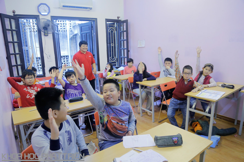 Các em học sinh hăng hái trong giờ học toán của thầy giáo nước ngoài. Ảnh: Loan Lê