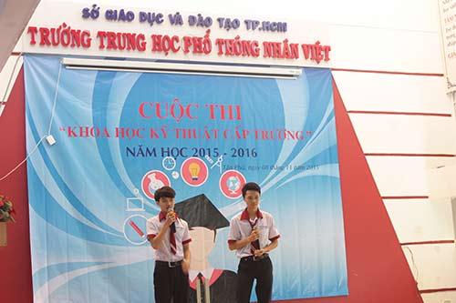 Mai Trung Hiếu và Hàn Ngọc Tuấn Linh tại  cuộc thi Khoa học kỹ thuật cấp trường