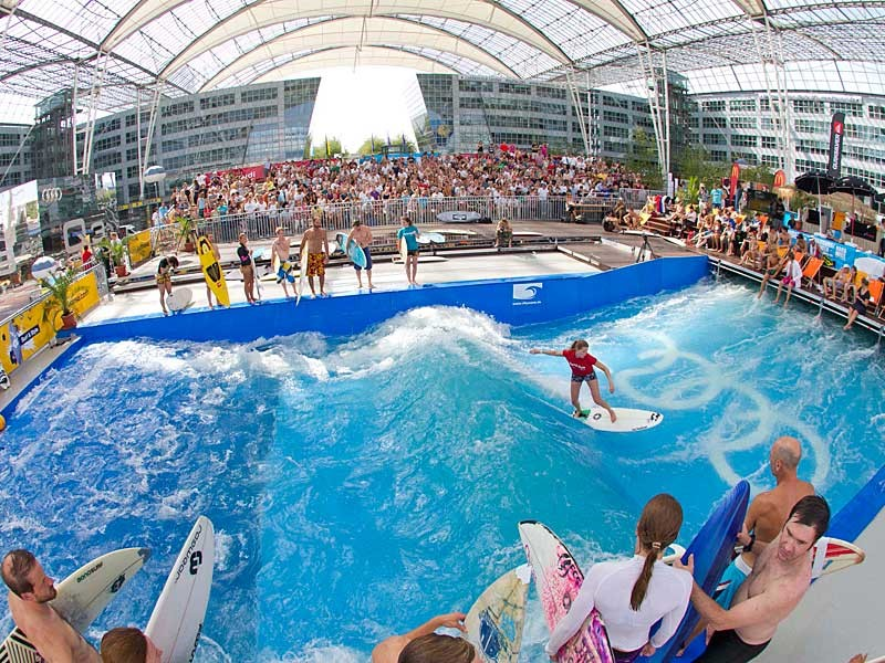 Sân bay Munich, Đức: Một vườn bia, chợ Giáng sinh và khu lướt sóng là một số trong những điểm giải trí nằm trong khuôn viên. Khu lướt sóng Surf & Style thu hút không chỉ hành khách mà cả người dân tới vui chơi vào mùa hè. Khu chợ Giáng sinh và sân trượt băng ngoài trời cũng chật cứng người vào mùa đông. Munich là sân bay duy nhất ở châu Âu nhận được 5 sao từ Sky Trax, chuyên trang đánh giá sân bay toàn cầu. Du khách có thể tận dụng các dịch vụ hộp ngủ, buồn tắm, spa và phòng nghỉ. Trẻ em được chơi đùa ở sân golf mini, phòng tập và sân chơi. Ảnh: Bavaria.