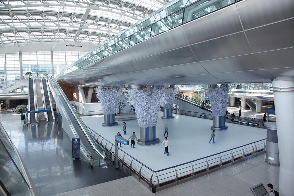 Sân bay quốc tế Incheon, Seoul, Hàn Quốc: Sân bay đạt 5 sao từ Sky Trax này thường xuyên tổ chức các buổi hòa nhạc và sự kiện âm nhạc phục vụ du khách. Ngoài ra, Incheon còn có trung tâm mua sắm miễn thuế lớn nhất thế giới, sân trượt băng, spa, vườn cây với đài phun nước, và phòng nghỉ dành riêng cho các gia đình có trẻ sơ sinh. Ảnh: Postcardandtag.