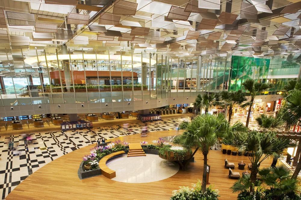 Sân bay Changi, Singapore: Cửa ngõ vào Singapore giống vườn thực vật và spa hơn là sân bay, và luôn giành vị trí đầu trong danh sách sân bay tuyệt nhất thế giới. Changi có vô số hoạt động thư giãn dành cho hành khách, từ bể bơi, rạp phim, nơi học làm đồ thủ công, khu trò chơi điện tử, tới hàng loạt vườn cây. Đây là sân bay trong mơ dành cho những người phải di chuyển nhiều. Ảnh: Airlinenewsphilippines/Wordpress.