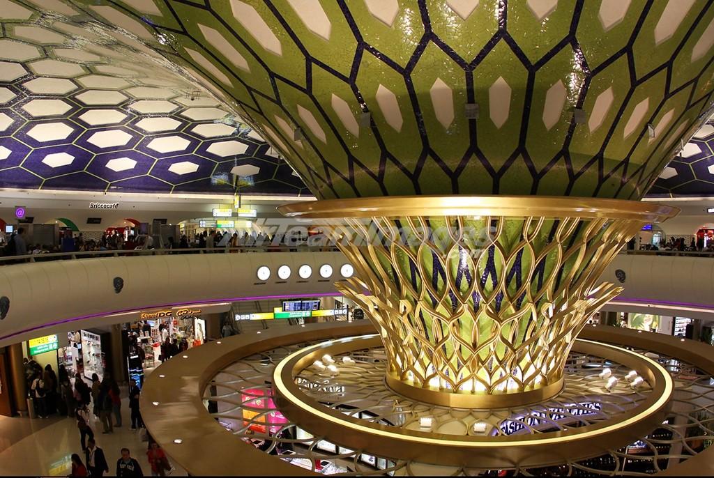 Sân bay quốc tế Abu Dhabi, Các Tiểu vương quốc Ả Rập Thống nhất (UAE): Du khách có thể thư giãn ở các phòng nghỉ hay spa sang trọng ở sân bay Abu Dhabi. Cửa ngõ vào UAE thường xuyên đón tiếp những vị khách giàu có, triệu phú hay tỷ phú. Sân bay có nhiều phòng nghỉ VIP và nhà hàng hạng sang. Các cửa hàng mua sắm miễn thuế bán đủ loại hàng cao cấp, từ trang sức Bulgari, pha lê Swarovski, khăn Hermes, vàng nguyên chất và đá quý. Ảnh: Airteamimages.