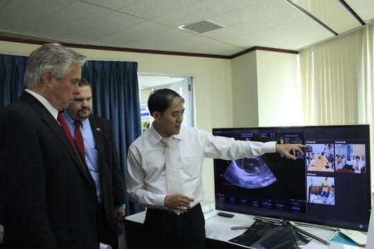 Ông Nguyễn Chí Ngọc, giảng viên Đại học Bách khoa TP. HCM (đại diện công ty iNext Technology), đang giới thiệu hệ thống hội chẩn y tế iTeleM - hỗ trợ cho việc chẩn đoán và điều trị từ xa, tại cuộc triển lãm. Ảnh: Thu Hằng