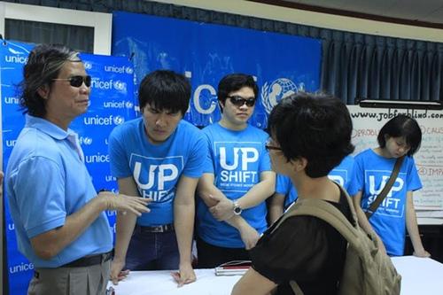 Các thành viên của nhóm Up Shift - tác giả của trang web tìm việc làm đầu tiên cho người khiếm thị tại Việt Nam, đang trao đổi với báo giới về sản phẩm của mình. Ảnh: Thu Hằng