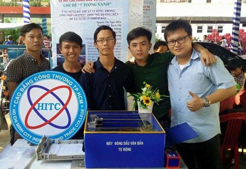 Phạm Hoàng Gia Khang (bên phải) nhận giải 3 tại cuộc thi Thử thách sáng tạo trẻ 2015.