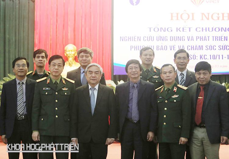 Bộ trưởng Nguyễn Quân chụp ảnh lưu niệm cùng các đại biểu tham dự hội nghị. Ảnh: Lê Loan.