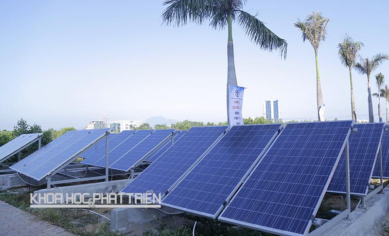 Năng lượng mặt trời đã giải được bài toán cung cấp điện sinh hoạt cho các vùng sâu, vùng xa. (Ảnh chụp tháng 10/2015 tại Trung tâm Nghiên cứu - chuyển giao và giám định công nghệ - Khu CNC Hoà Lạc. Ảnh: Phượng Hằng