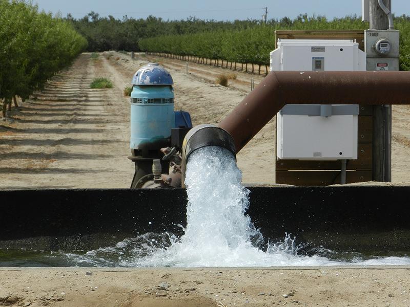 Một giếng bơm nước tại California, Mỹ. Nguồn: Thevalleycitizen