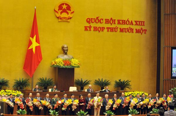 Chủ tịch Quốc hội Nguyễn Thị Kim Ngân tặng hoa chúc mừng các Phó Thủ tướng, Bộ trưởng và thành viên khác của Chính phủ vừa được Quốc hội phê chuẩn. Ảnh: Hồ Như.