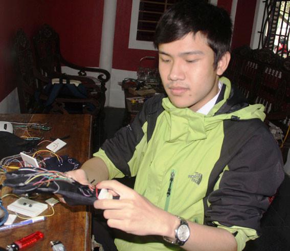 """Găng tay hỗ trợ di chuyển dùng cảm biến sóng âm cho người khiếm thị"""" do Lê Ngô Duy Phong"""