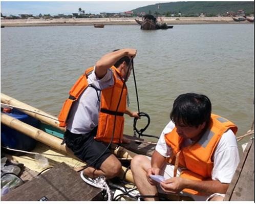 Các nhà khoa học thuộc Viện Hàn lâm Khoa học và Công nghệ Việt Nam khảo sát lấy mẫu phân tích. Ảnh: Viện Hàn lâm KHCN Việt Nam