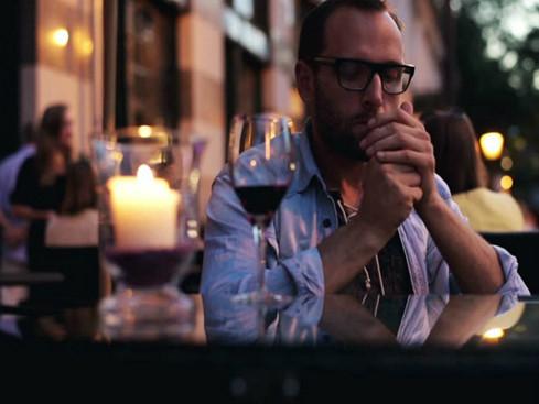 Đàn ông hút thuốc và uống rượu thường thu hút những phụ nữ tìm kiếm những mối tình chớp nhoáng - Ảnh minh họa: Shutterstock