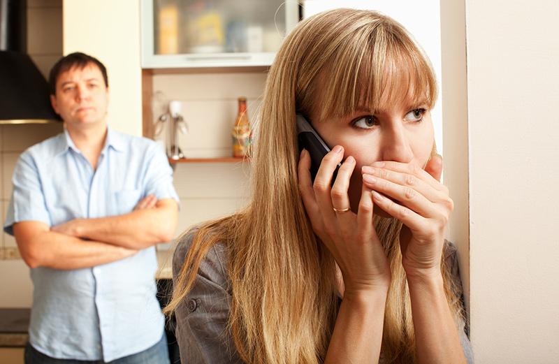 Không hài lòng chuyện chăn gối là nguyên nhân khiến nhiều người ngoại tình. Ảnh: Topcellphonetracking